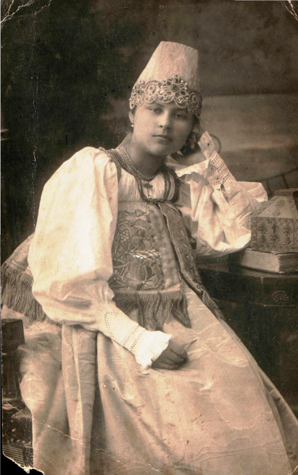 Портрет девушки в русском наряде. Муром,1913. Частное собрание
